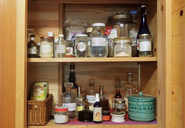 画像: お風呂場近くの棚には手づくりのコスメや薬用ハーブなどのボトルが並んでいる。ラベンダー、バラ、レモンバームなどの華やかな香りに心も満たされる