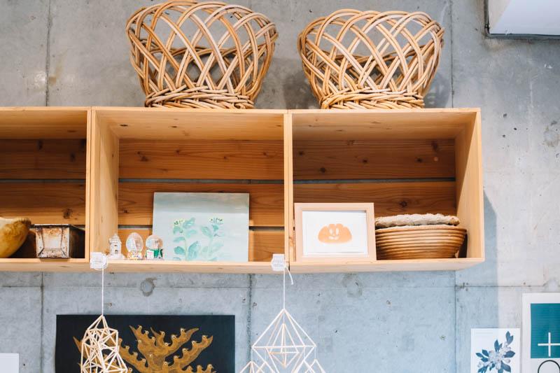 画像: コンクリートの壁に木の家具が温かみを添えるインテリアも素敵