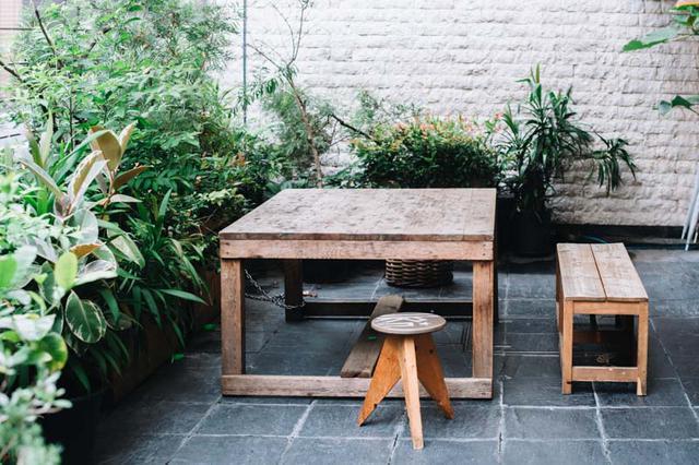画像: 緑に囲まれたテラス席。「LIFE Son」内にあるコーヒースタンドでコーヒーを買って、パンとともに楽しむ人も
