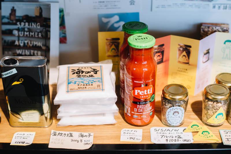 画像: 店頭では樽井さんの知り合いが手がけているという食材を販売。見てみると、オオカミジャム製作所のジャムや、料理家、たかはしよしこさんの「エジプト塩」など人気の品が
