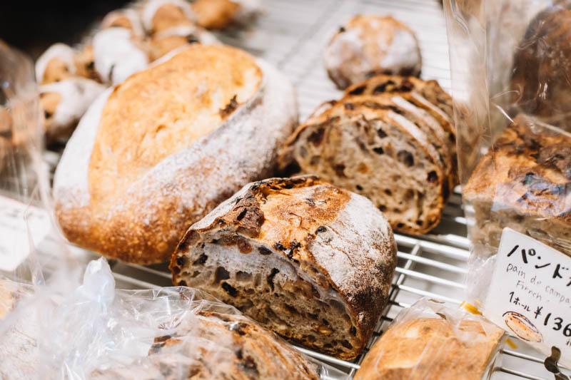 画像: パンが最も多く揃うのは、お昼ごろ。サンドイッチ類やサラダもあり、ランチの調達にも便利