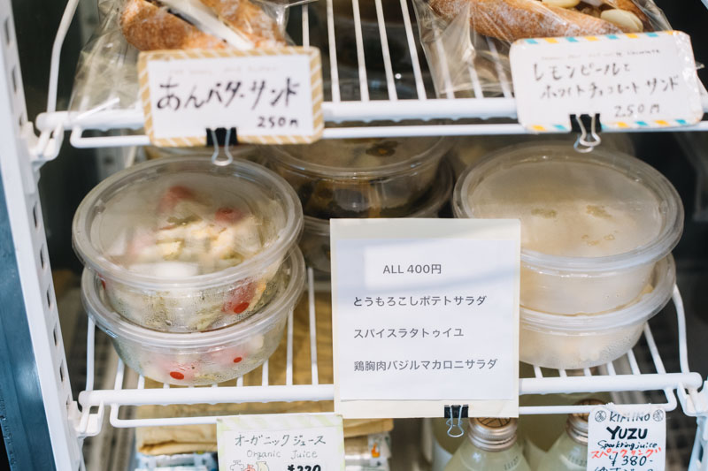 画像: サラダなどのお惣菜は、「タルイベーカリー」の隠れた名物。「ルヴァン」時代の同僚や、店の近所に住む元料理人がつくってくれているもので、本格的な味ながら人の手の温もりを感じる逸品