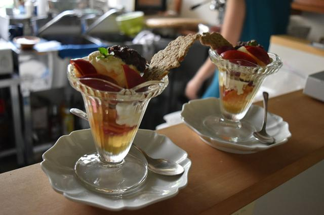 画像: 庭で採れた梅で作った梅シロップと梅ジャムを入れて、夏のデザートを。(撮影/池田あかね)
