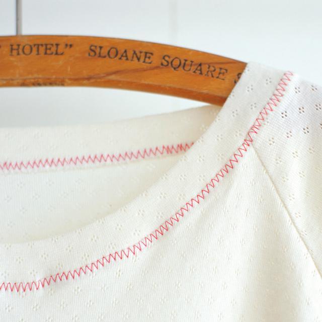 画像: 衿ぐりと裾の始末は、ジグザグミシンで。布端処理も同時にできるので、早くて便利。あえて生地と色を替えてアクセントに
