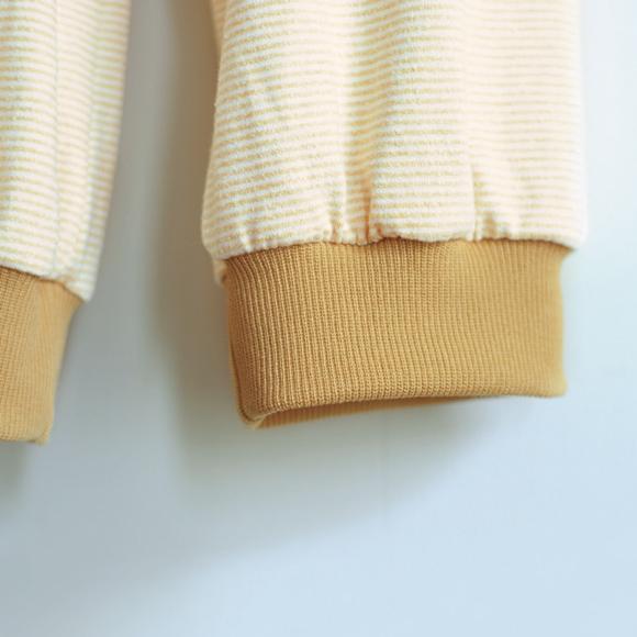 画像: 裾布には普通のニットより少し伸縮率の高いリブを。生地の表面が細い溝状になっている。しっかりした質感で高級感が加わる