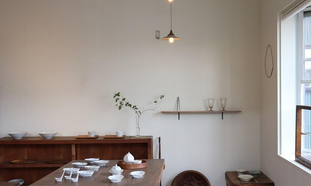 画像: 食卓で使うイメージが湧くようにと、焼き物、ガラス、木工など異なるジャンルを組み合わせたコーナーづくりも