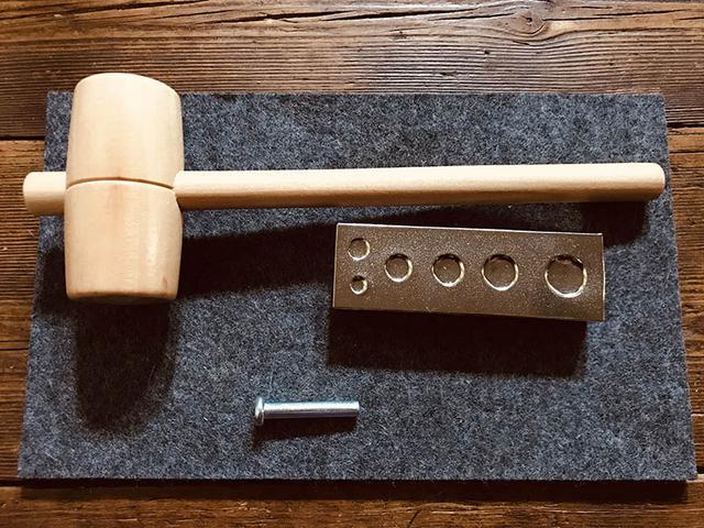 画像: 革を加工する道具