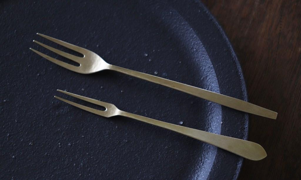 画像: 上が「ケーキフォーク」(長さ約16 cm)で、下が「ミニフォーク」(長さ約13 cm)。ともに真鍮製