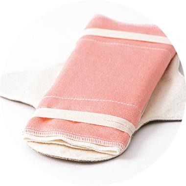 画像: 排毒を促すとされる絹を表にして③と②を重ね、3つ折りにして装着