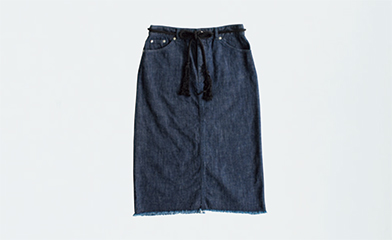 画像: デニムスカート 17,280円/マリン フランセーズⓋ。ソックス 864円/タビオⒾ