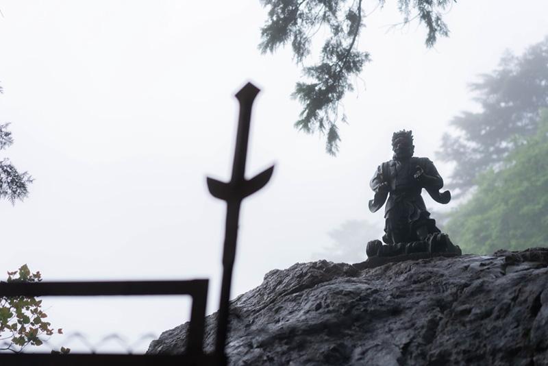画像: 天狗岩は鎖づたいに登れるようになっており、てっぺんには天狗様