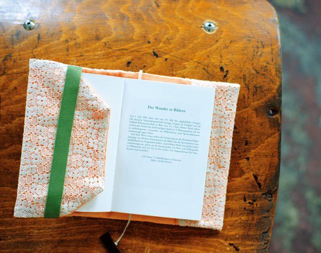 画像: 内側にもリボンを付けた仕立て。本を読むときには、フラップがじゃまにならないよう、差し込める。厚みのないものを選んで。作品は文庫本サイズ(幅33×高さ16cm)
