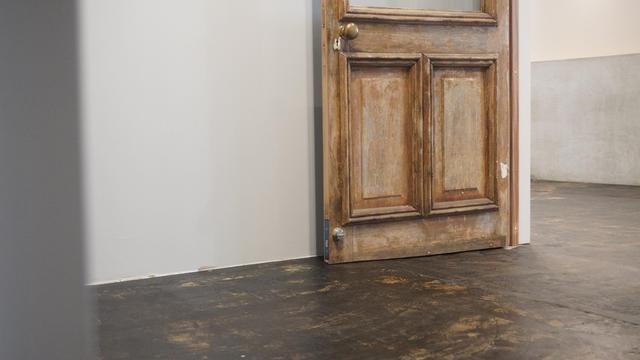 画像: アンティークのドアでお出迎え