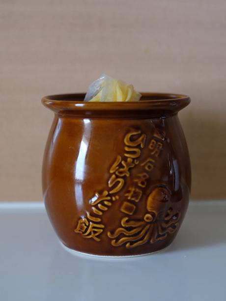 画像: 「ひっぱりだこ飯」弁当の器です。しぼり袋がちょうど入るので、生地を流し込むのに便利!