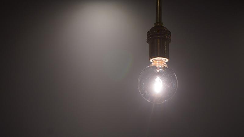 画像: 出合いの場を温かく照らす真鍮製の照明器具