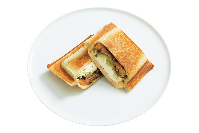 画像: セロリが香る、おつまみ感覚のサクサクホットサンド。甘辛の蒲焼に、クリームチーズの酸味のバランスが絶妙