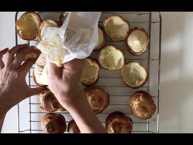 画像: はなのお菓子 シュークリーム ~シュークリームの皮にクリームをしぼる 天然生活web www.youtube.com