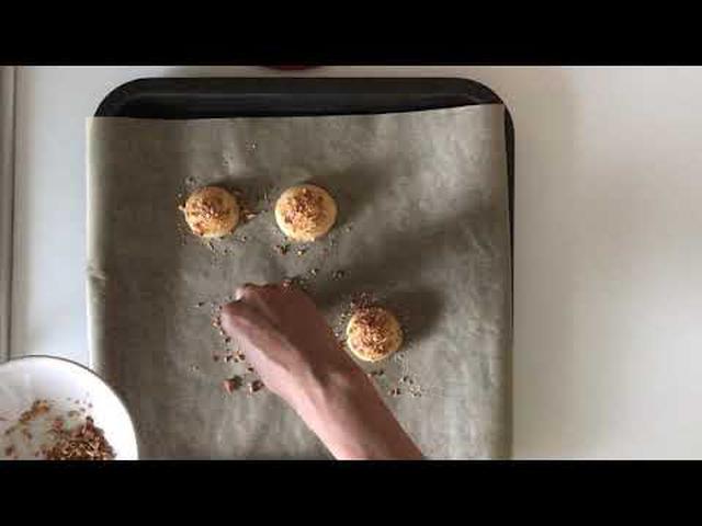 画像: はなのお菓子 シュークリーム ~シュークリームの皮にアーモンドをトッピングする 天然生活web www.youtube.com