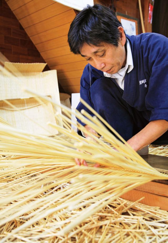 画像: リズミカルに柳を編む寺内さん。ずっとかがみ込んで作業をするため、杞柳細工の職人さんは、年を取ると全員、腰が曲がってしまうそう