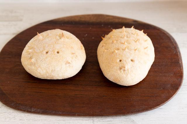 画像: バターロールの生地を使った、店の人気者。「はりねずみ」(右)はホワイトチョコレートとクルミを、「ねこ」(左)はミルクチョコレートとマカダミアナッツを包む