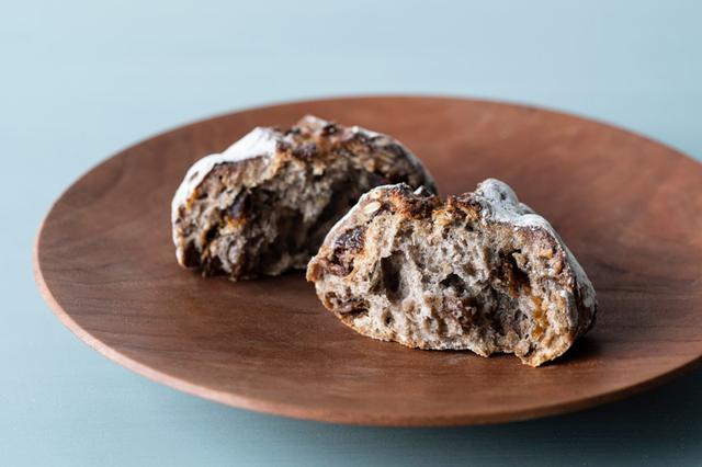 画像: カンパーニュと同じ生地で焼かれた「ライ麦パン レーズン/くるみ/かぼちゃの種入り」も絶品。ライ麦がもたらす酸味とレーズンの甘み、ナッツの香ばしさが絶妙にとけ合う