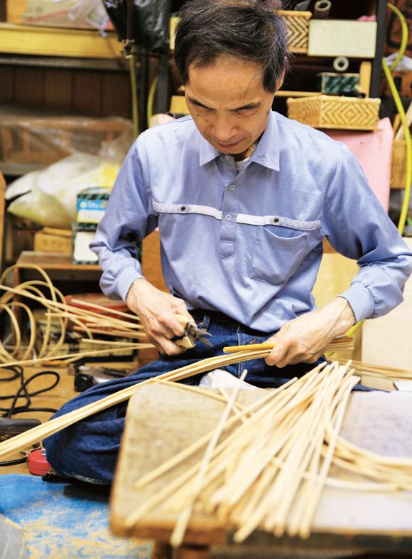 画像: フレームをつくる次男の雅博さん。家具の枠など太いものを曲げる際にはバーナーで熱する