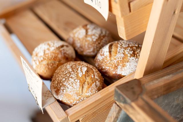 画像: 秋田の赤味噌と酒粕を生地に練り込んだ「秋田味噌のパン」。味噌の豊潤な香りと塩気が後を引くおいしさ