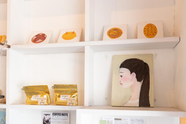 画像: 店内には、イラストレーターでもある奥様のこずえさんが描かれた絵が飾られている