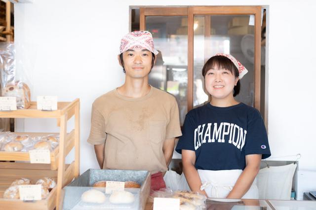 画像: 夫婦ふたりでお店を切り盛りする。大吾郎さんがパンづくりを、こずえさんが販売を担当