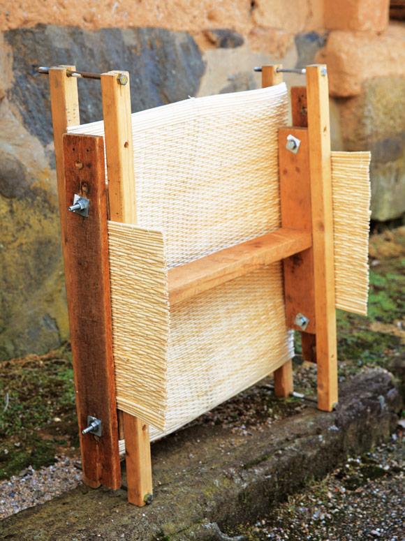 画像: 編み上げた柳を木枠で固定し、角度をつける。このあとに糸で綴じて立体に仕上げていく