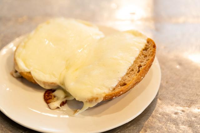 画像: 全粒粉の強い風味と、チーズのコクが相性抜群! ぜひお試しを