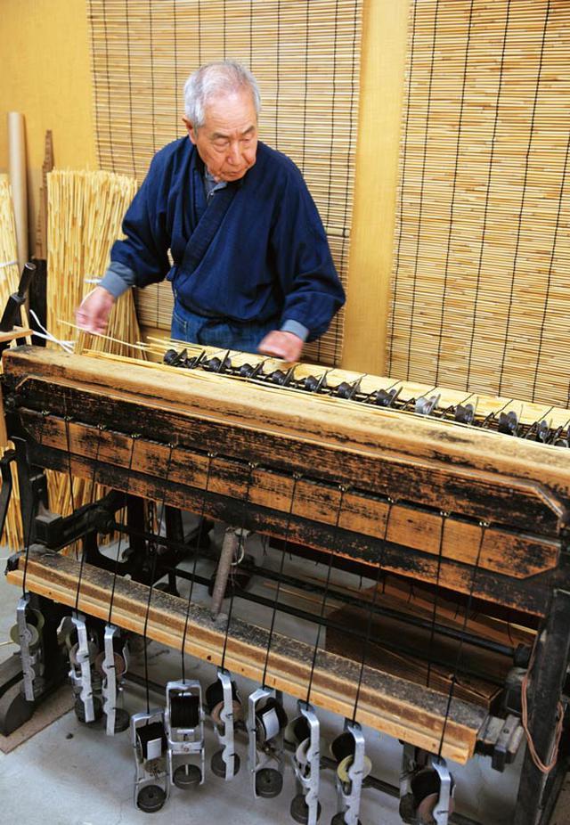 画像: 50年ほど使いつづけている機械で編む田中さん。軽やかにみえるが、ペダルはずっしりと重い。一般的なすだれ1枚を、1時間半ほどで編む