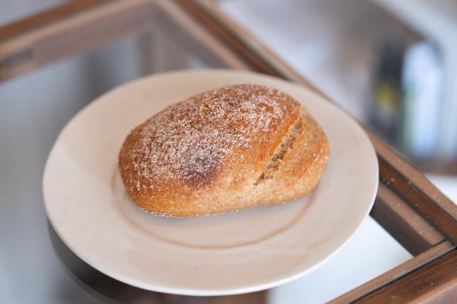 画像: 全粒粉が85%も入った「湘南小麦の全粒粉パン」。一口頬張ると、挽きたての粉と同じ鮮やかな香りが!