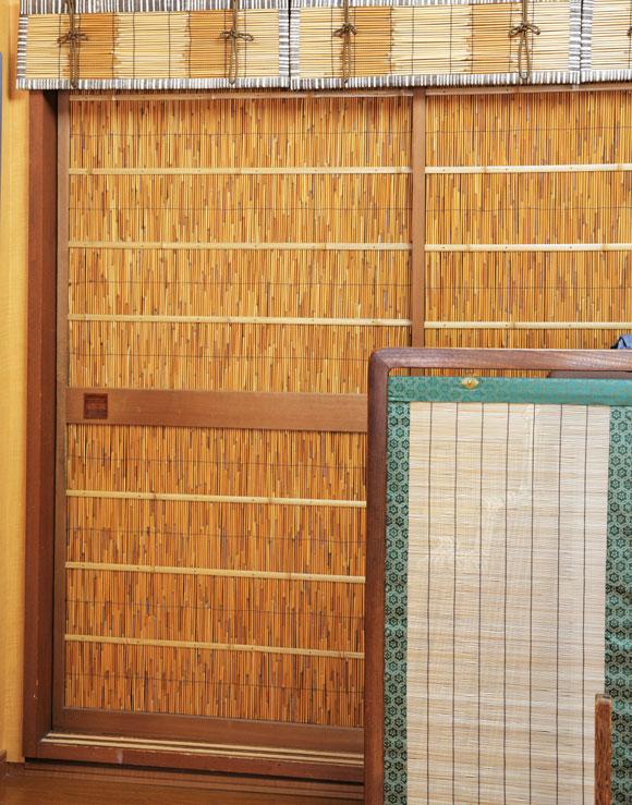 """画像: 編んだすだれを建具屋で戸に仕上げてもらう """"葭戸"""" は、京町家の夏のしつらいに欠かせないもの。衣替えと同時に登場する"""