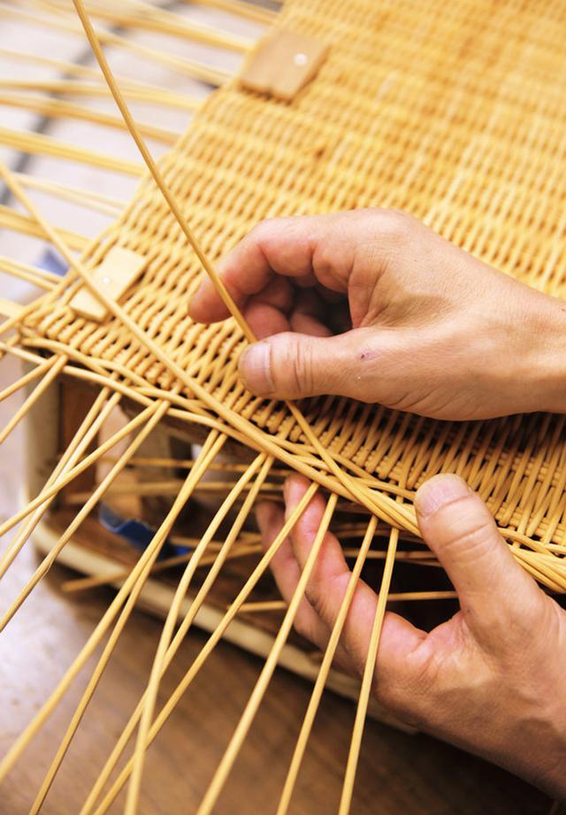 画像: 底の部分を編み終わったかごは、木型に打ちつけて仮留めする。横の部分を立ち上げながら編み進めると、見る見るうちに立体になっていく