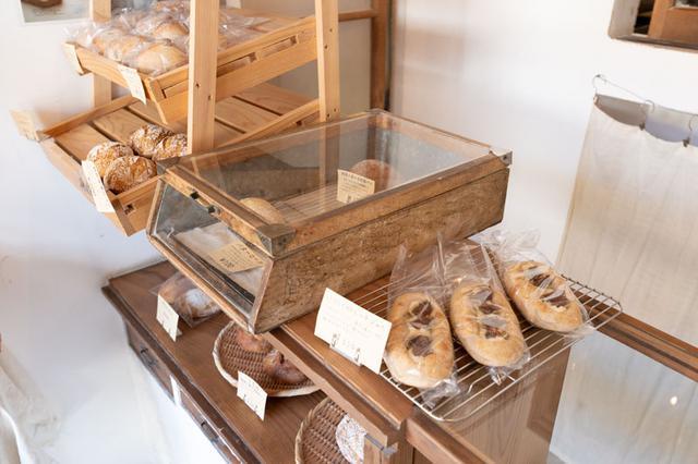 画像: わずか一坪ほどのスペースにパンが並ぶ、小さなパン屋さん。パンは毎日20種類ほど焼かれ、最も多く揃うのは 13時頃