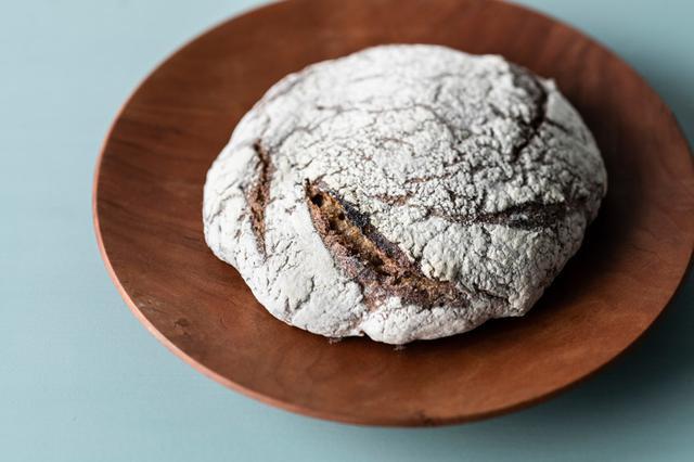 画像: こちらがライ麦パン「にちりんカンパーニュ」。ライ麦は無農薬栽培でつくられる兵庫県たつの市のただまき農園のものを使用 ※ライ麦パンは夏の間はお休みで、秋から春にかけて販売