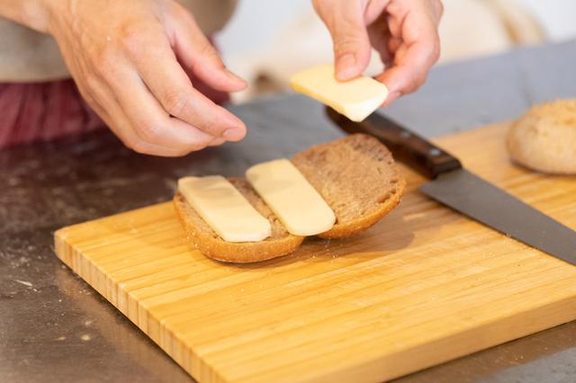 画像: この日は家に残っていたというモッツァレラチーズを使用。「いつもはもっとケチっているんだけど、今日は特別」とチーズをたっぷりのせてくれました