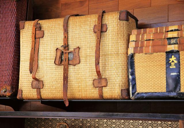 """画像: 右は """"富山の薬売り"""" が薬を売り歩くのに使った柳行李。左のトランクとともに戦前のもの。飴色に変化し何代にもわたって使えるのも魅力"""