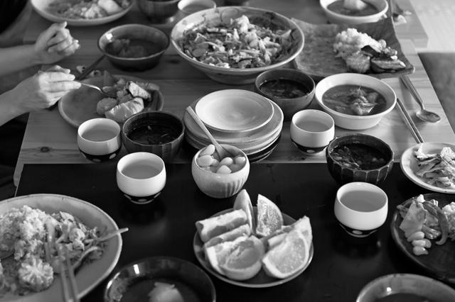画像: 編集部の昼食は当番制。みれいさん作のカレーにサラダに、野菜たっぷり