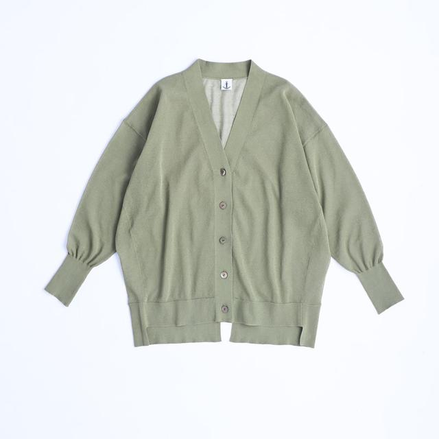 画像: グリーンのカーディガン ¥16,000/ロワズィール
