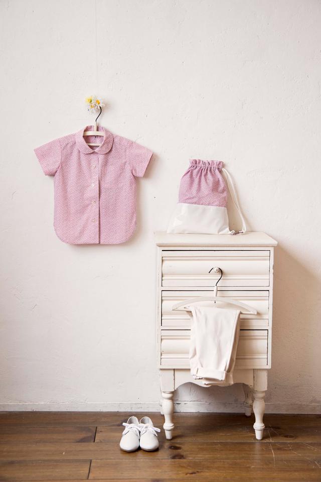画像: フラットカラーブラウス:やわらかなピンクに白い小花がちりばめられたイタリア製の布地。控えめなフラットカラーがかわいいブラウスと、おそろいのナップサック。上質な布地でつくるセットは世界にたったひとつの宝物です。
