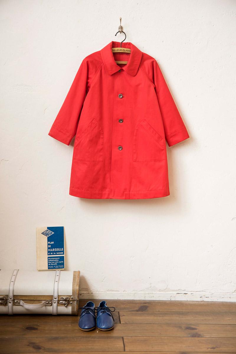 画像: スプリングコート:撥水加工の真っ赤なコットンはイタリア製。ラグランスリーブは、初心者でも縫いやすく、さらに一重仕立てなので、見た目よりも手軽に本格的なコートがつくれる。衿以外は、前出の「リネンウールのコート」と同じパターンです。