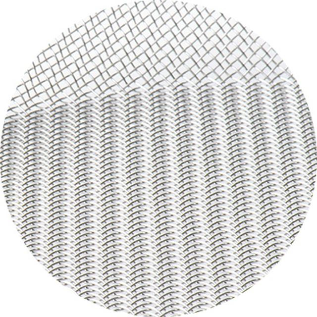 画像: 綾織りの網。縦線と横線が互いに2本ずつ乗り越えて編まれているため、立体感のある網目になる