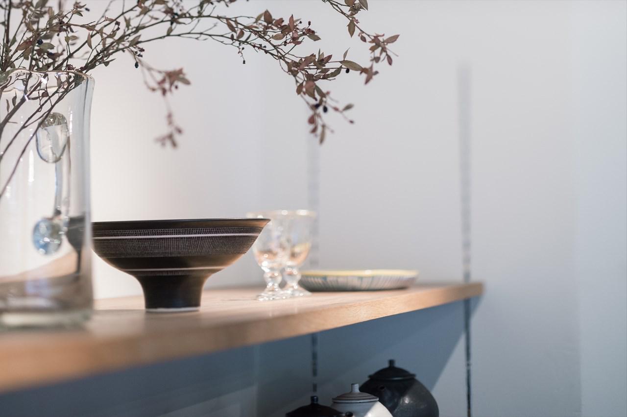 画像: 陶磁器のほか、宙吹きガラス、木工、漆、帆布などの手仕事の作品が並ぶ
