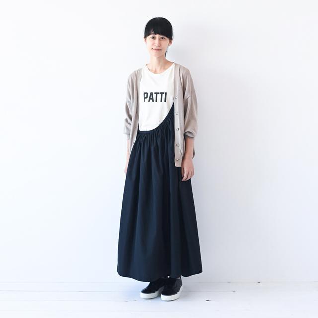 画像: クロのワンショルダースカート ¥38,000/レキップ クロのスニーカー ¥44,000/ロッコッピー(プレインピープル青山) その他、スタイリスト私物