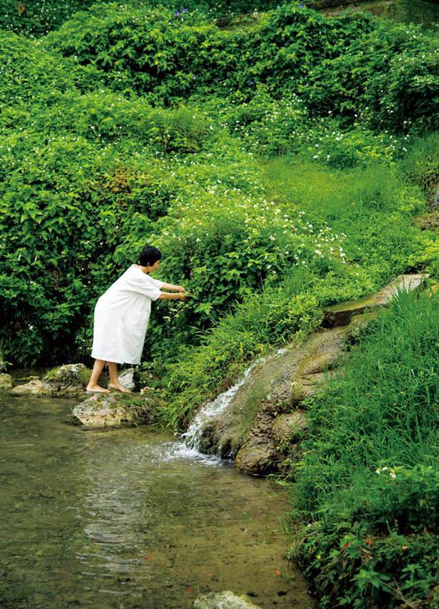 画像: 静かでひんやりとした空気が流れる垣花樋川は、自宅から徒歩5分程度の場所にある。昭和60年に全国名水百選に選ばれたこともあるわき水が流れ、その透き通る水の中には野生のクレソンが自生しているほど豊かな環境。背筋がピンと伸びるような神聖な雰囲気に包まれている