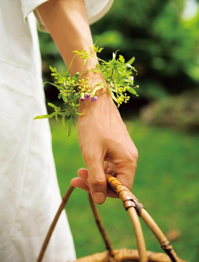 画像: 細くて巻きやすいつる性のカニクサをベースに、黄色のヤブガラシ、紫色のウスベニニガナで飾りつけた草花のブレスレット