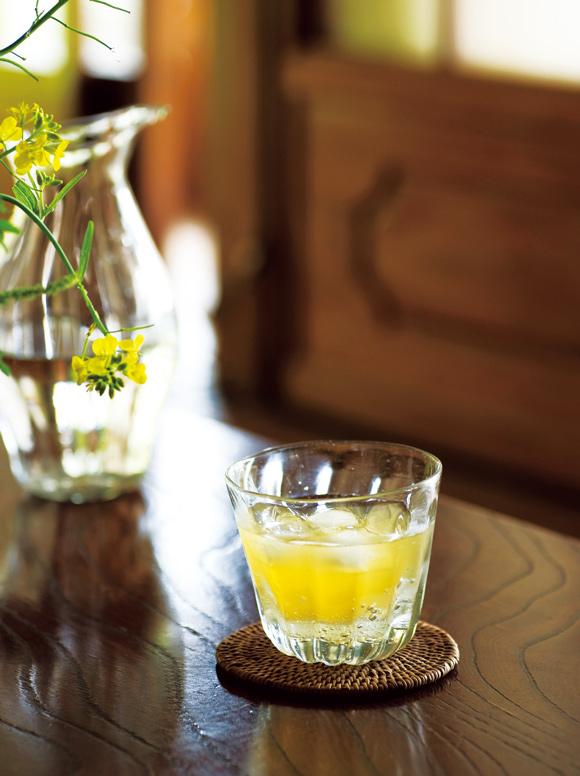 画像: 自家製の雑草酵素ジュース。新芽を摘んで、洗ってきざみ、同量の白砂糖を加えて手で混ぜてつくる。1週間ほど発酵させれば完成。「疲れたときに飲む」という疲労回復ドリンク