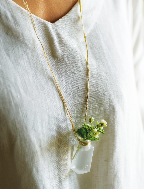 画像: 花器を買ったことはない。使わなくなったごみでさえ花器に見立てるのが、かわしまさんの得意とするところ。お弁当に付いているプラスチックのしょうゆ入れも、こんな愛らしいアクセサリーに